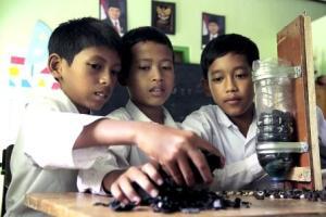 Membuat alat saring air sederhana (tema kreatifitas madrasah)